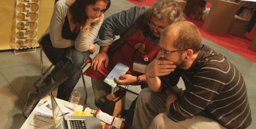 Guido Bertola in una delle consulenze sulla comprensibilità degli impaginati
